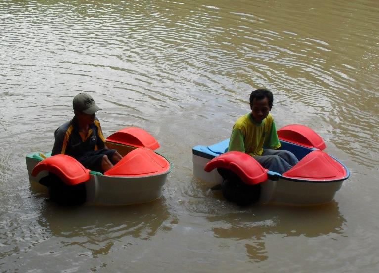 sepeda air mini, sepeda air bebek, sepeda air bebek bekas, sepeda air bekas, sepeda air fiberglass, sepeda air angsa, sepeda air, sepeda air anak, sepeda di atas air,